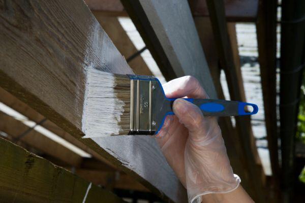 Jaką farbą pomalować drewniany płot?